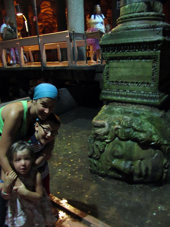 Cabeza de medusa dentro de la Cisterna de la Basílica en Estambul, Turquía.