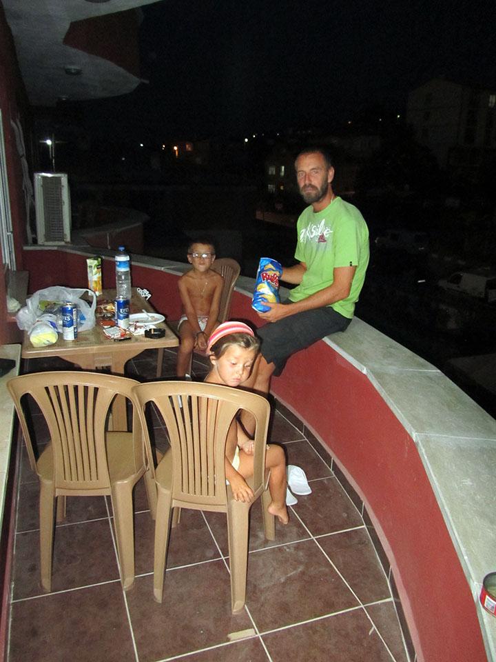 Cenando en la terraza del hotel camino de Estambul