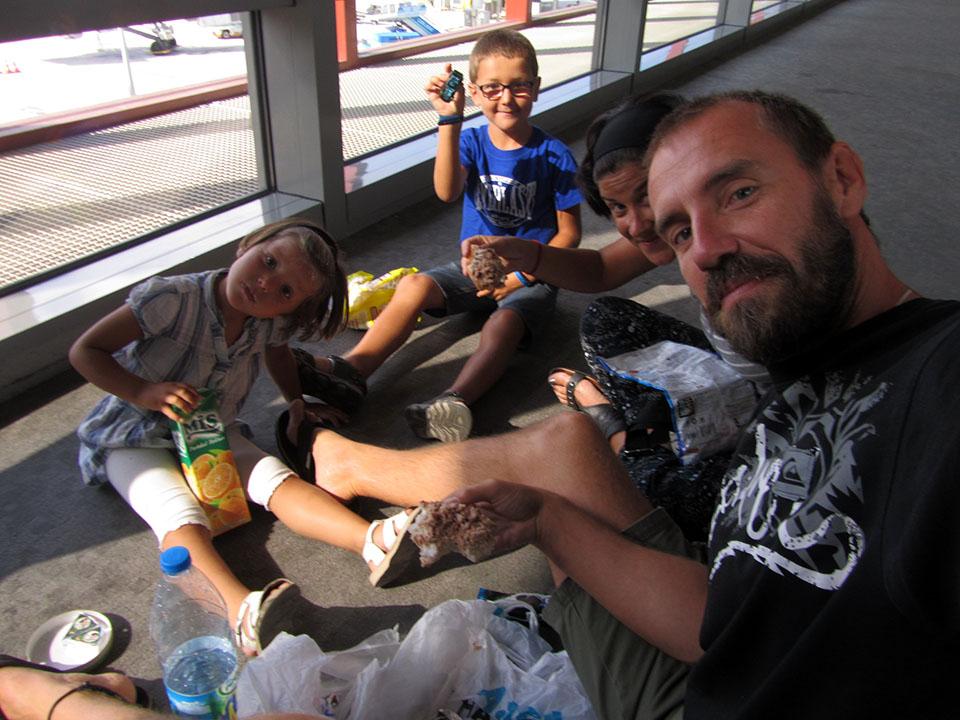 Comiendo en el aeropuerto de Sabiha Gokcen en Estambul