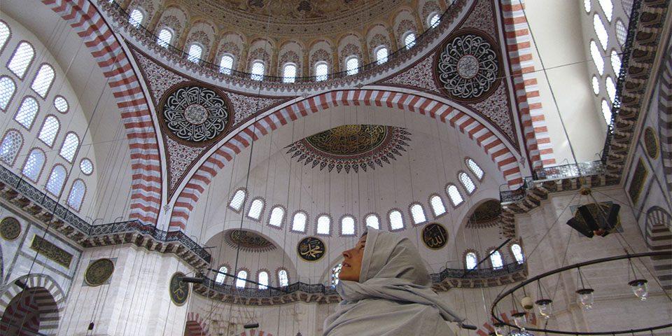Con la cabeza tapada en la mezquita de Suleymaniye en Estambul, Turquía.
