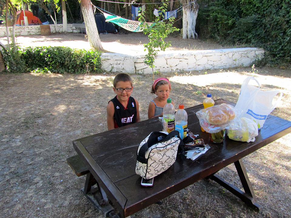 Desayunando en el Oder Camping en Kusadasi, Turquía