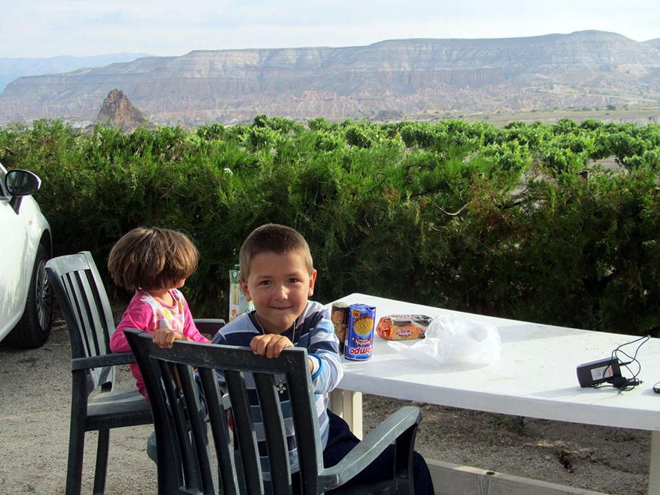 Desayuno con vistas en el Kaya camping en Göreme, Turquía.