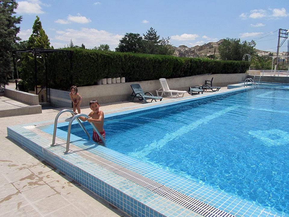 En la piscina del Kaya Camping en Göreme, Turquía