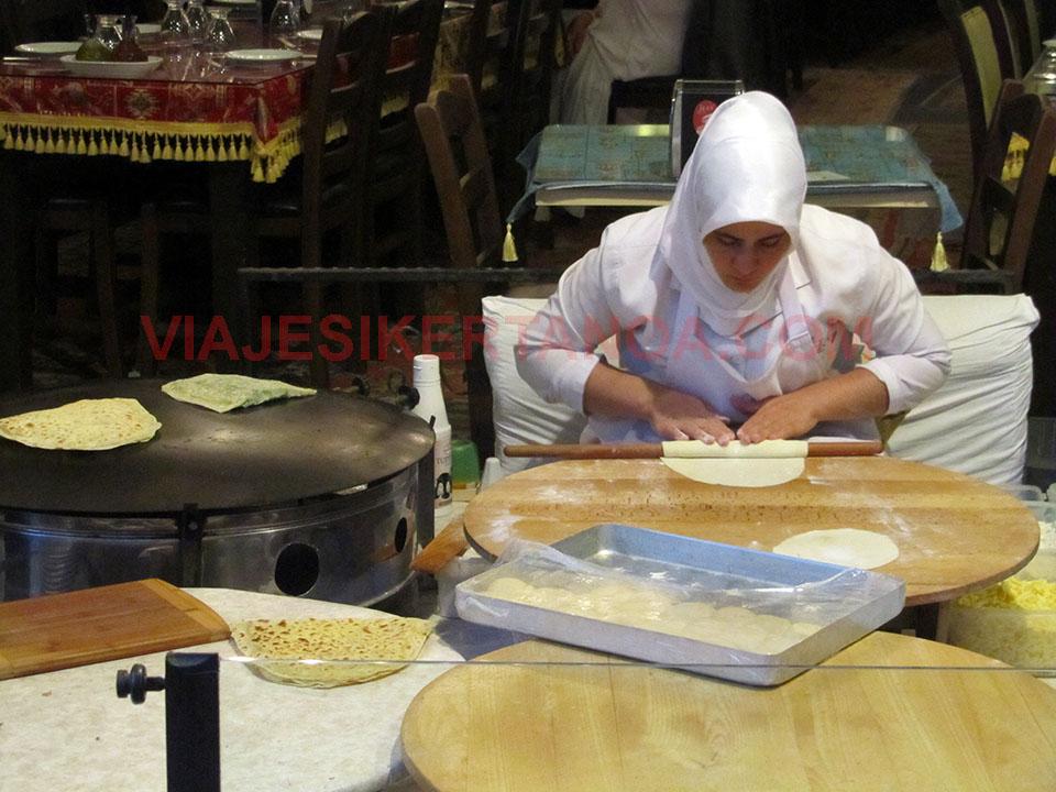 Preparando la comida típica en un restaurante de Estambul, Turquía.