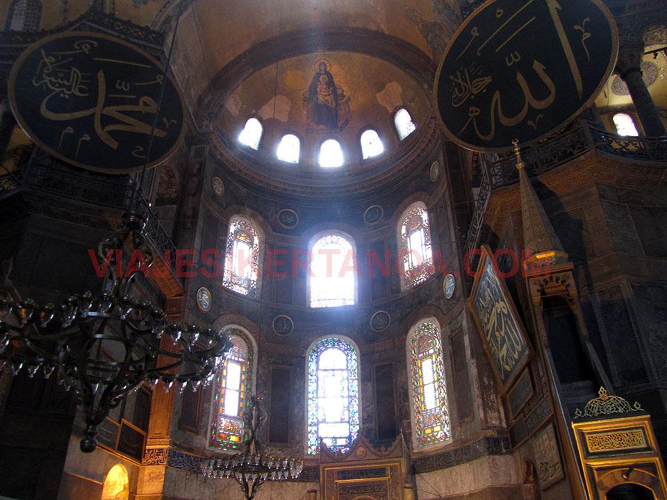 Interior de Santa Sofía en Estambul, Turquía.