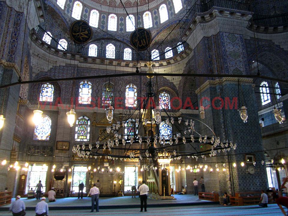Interior de la Mezquita Nueva en Estambul, Turquía