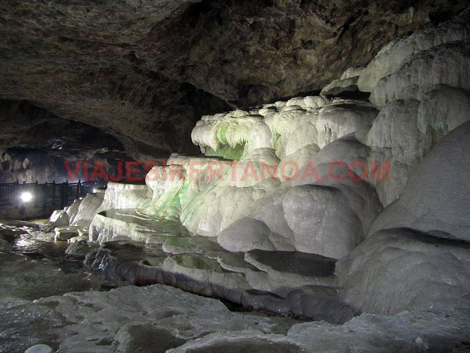 Interior de la cueva de Kaklik en Turquía