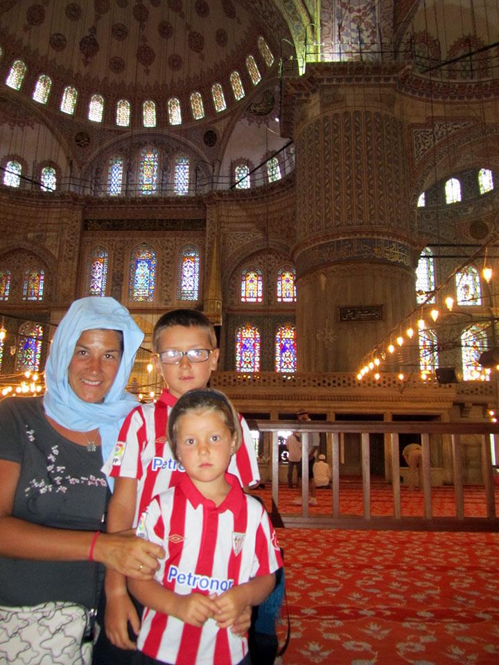 Interior de la mezquita azul en Estambul, Turquía.