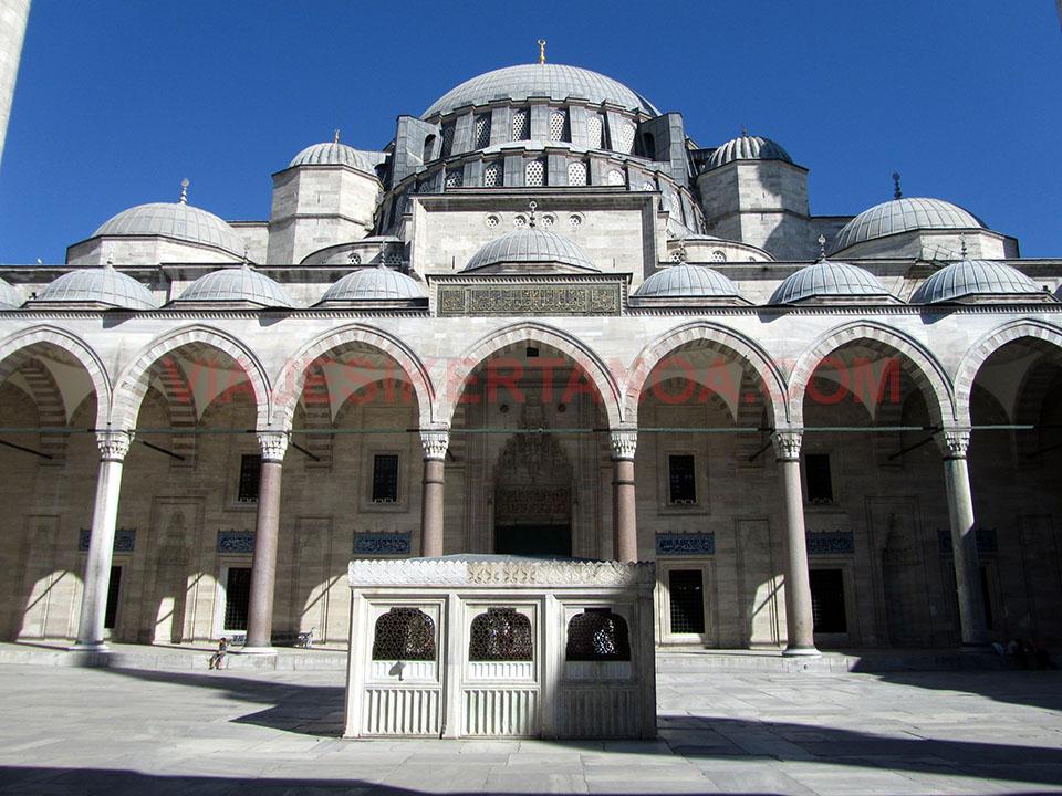 Interior de la mezquita de Süleymaniye en Estambul, Turquía.