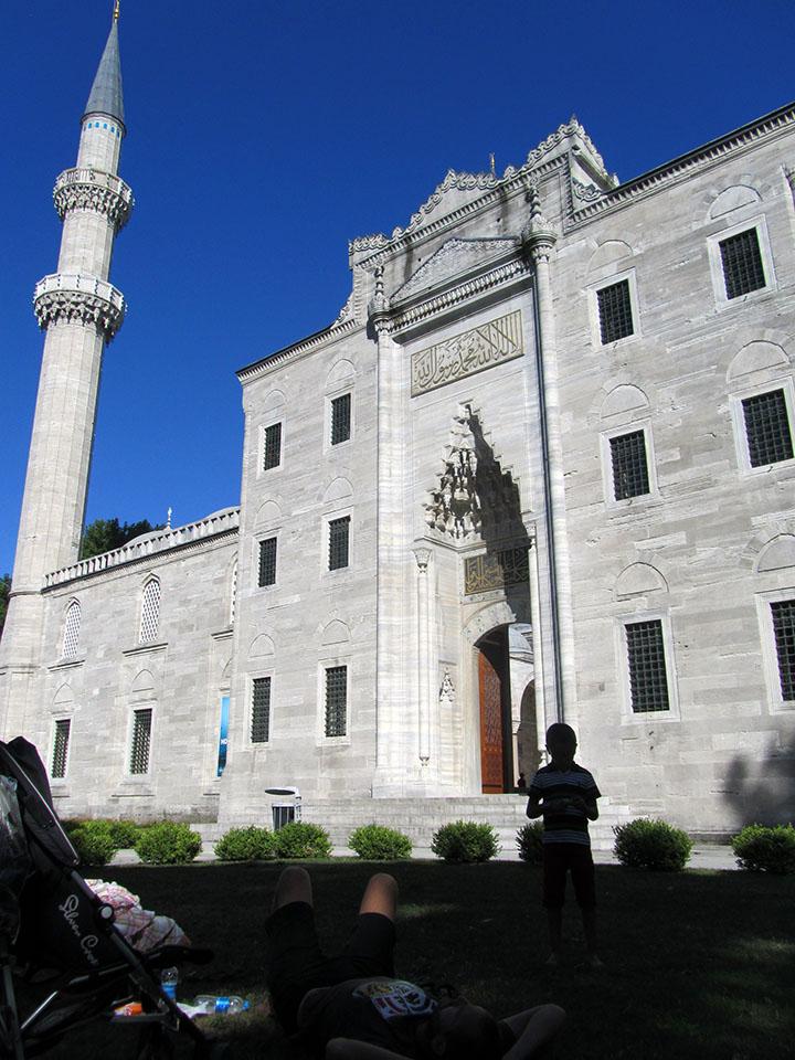 Jardines que rodean la mezquita de Süleymaniye en Estambul, Turquía.