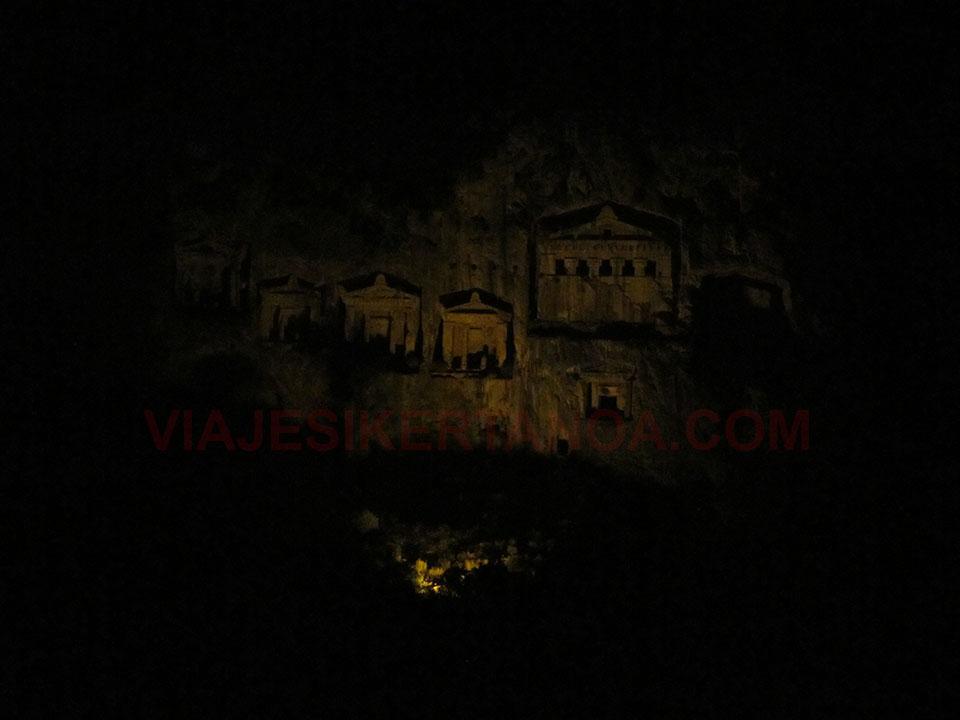 Las tumbas Lícias de Dalyan iluminadas por la noche, Turquía.