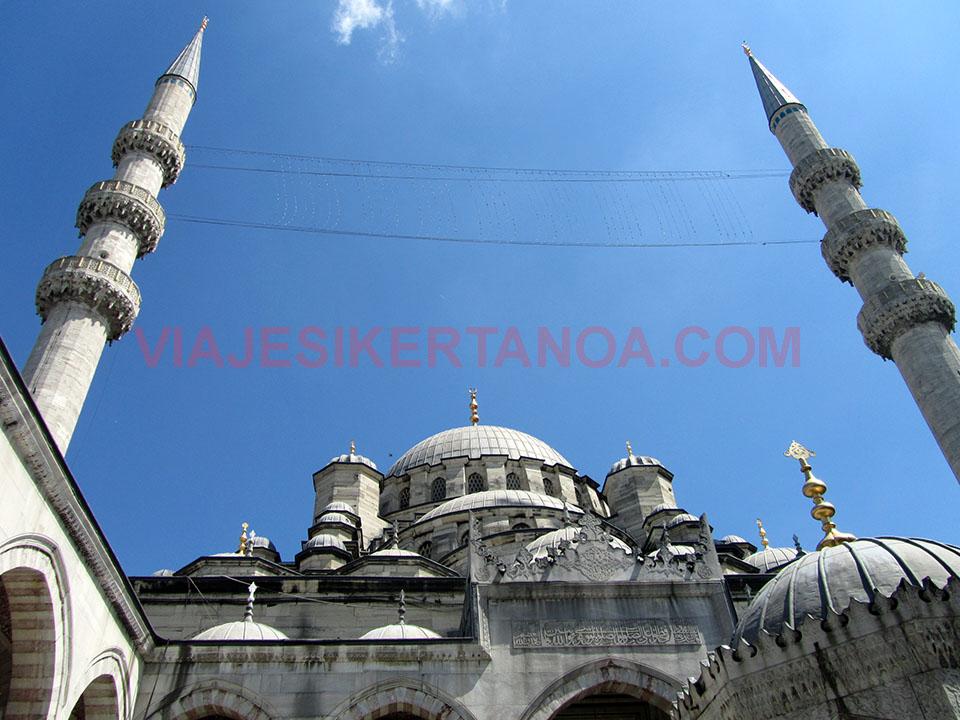 Minaretes de la Mezquita Nueva en estambul, Turquia.