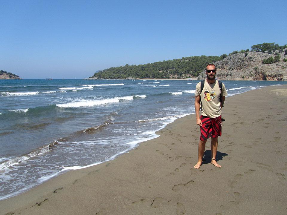 Paseando por la playa de Dalya en Turquía