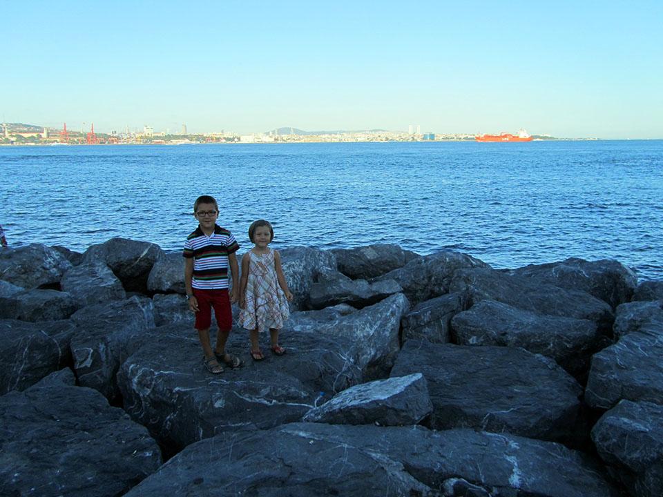 Paseo por la ribera del mar de Mármara en Estambul, Turquía.