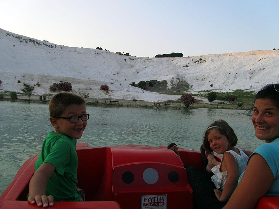 Rayo Mcqueen en el lago que rodea Pamukkale en Turquía.