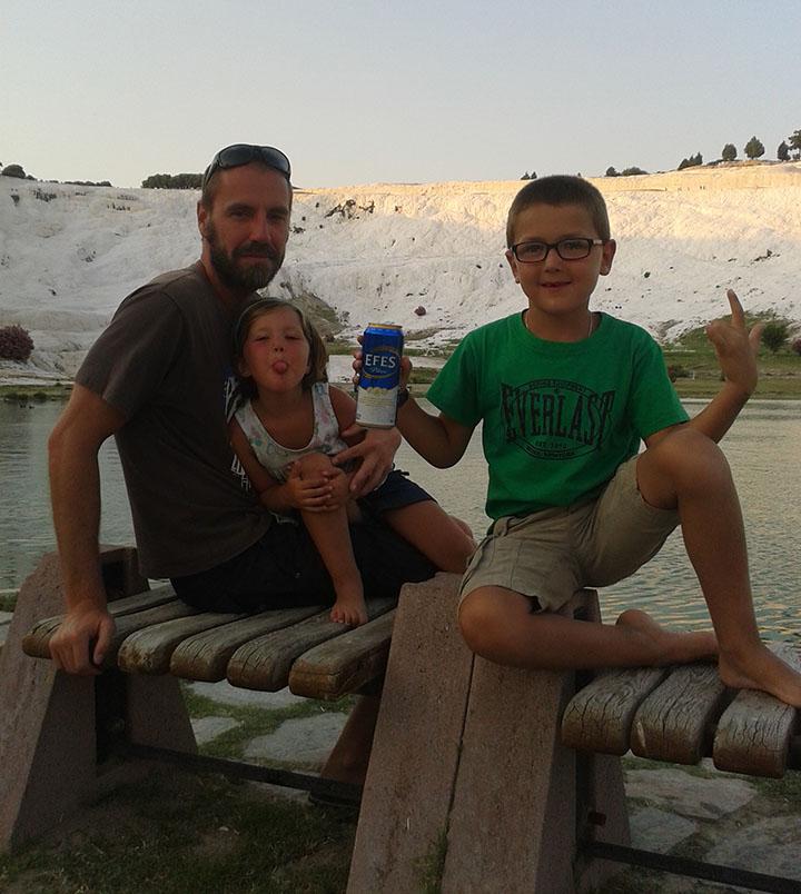Relax en el parque que rodea las terrazas de Pamukkale en Turquía
