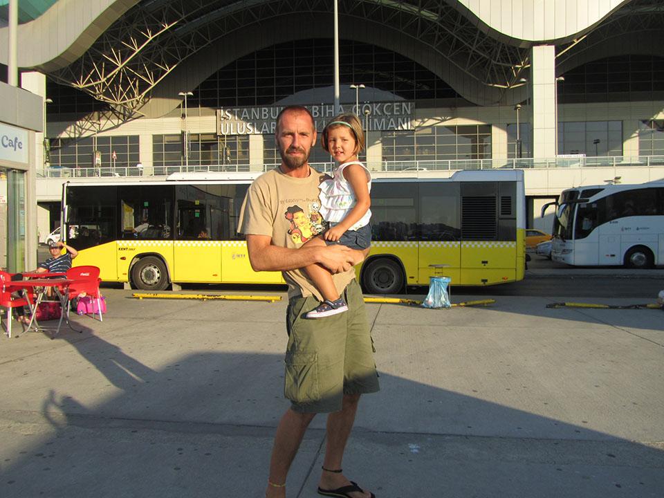 Salida del aeropuerto Sabiha Gökçen en Estambul, Turquía.
