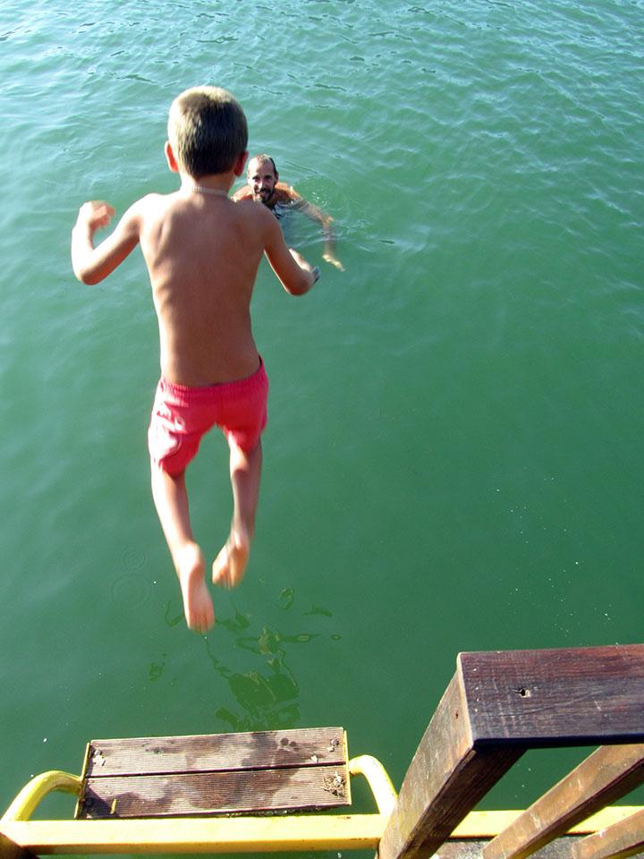 Saltando al río Dalyan en Turquía.