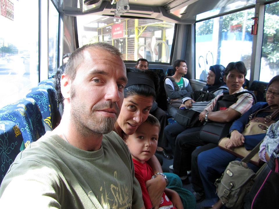Autobus hacia Prambanan en Yogyakarta, Indonesia