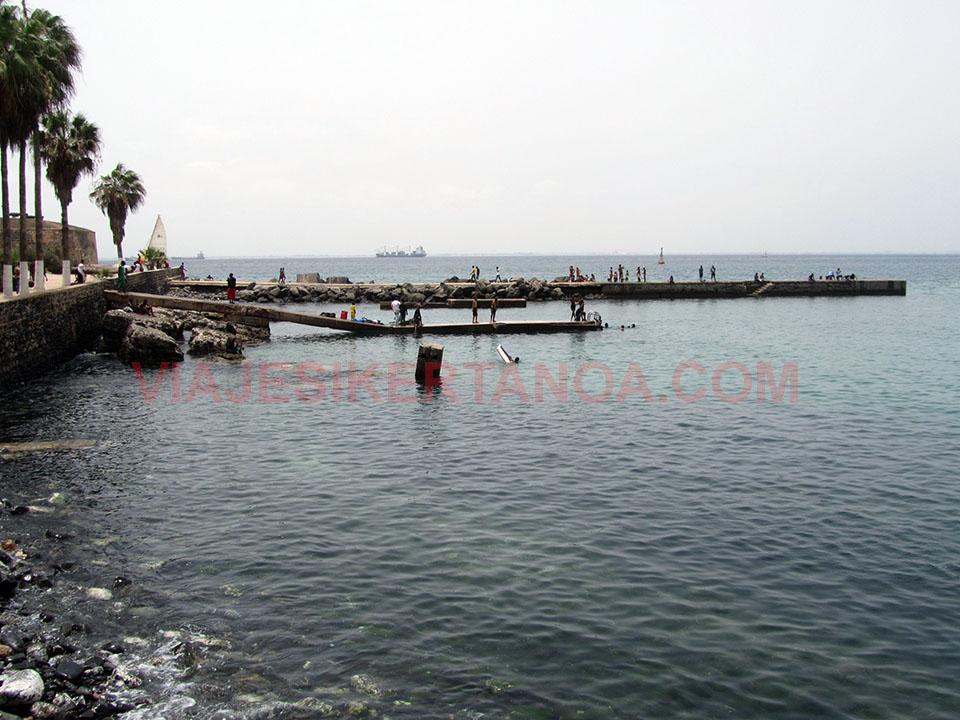 Bañándonos en la isla de Gorée en Senegal