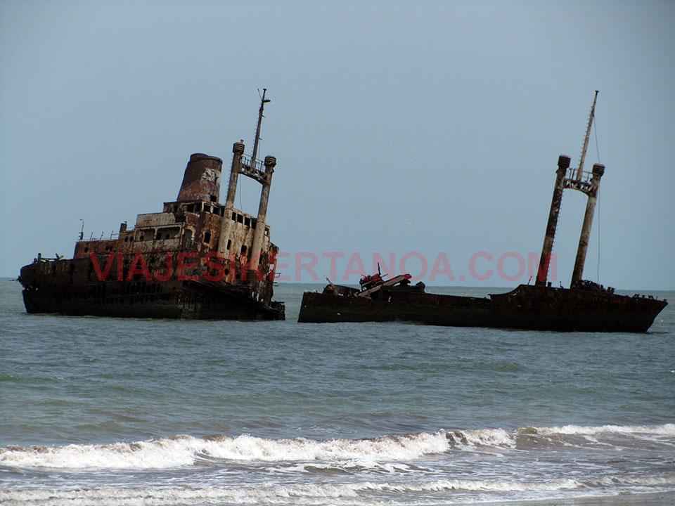 Barco en medio del mar en Palmarín, Senegal