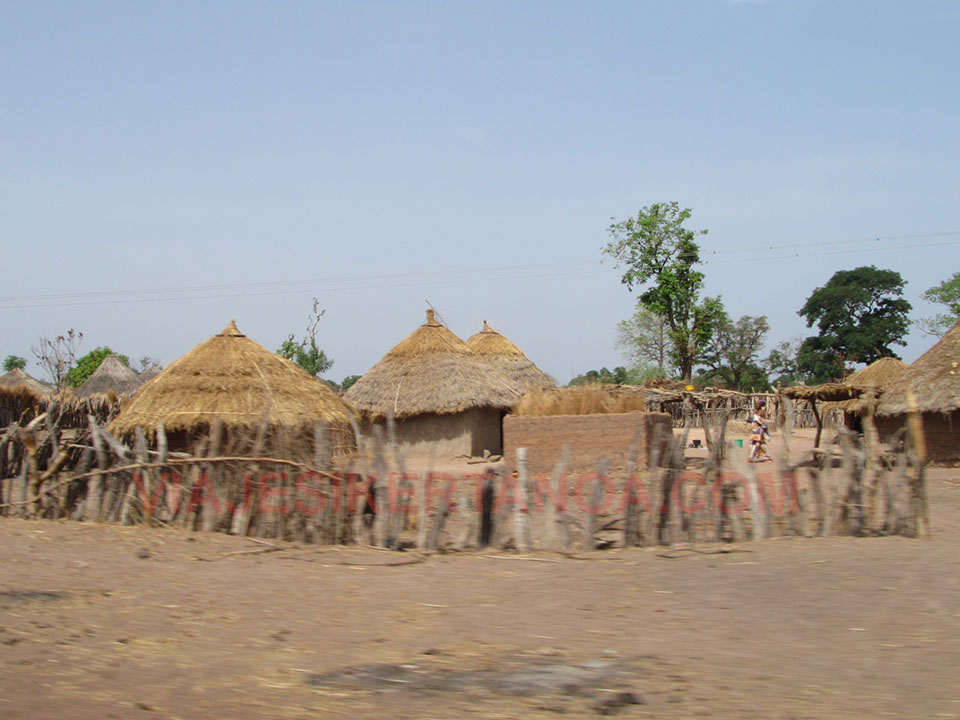 Casas de adobe y paja camino de Tambacounda en Senegal.