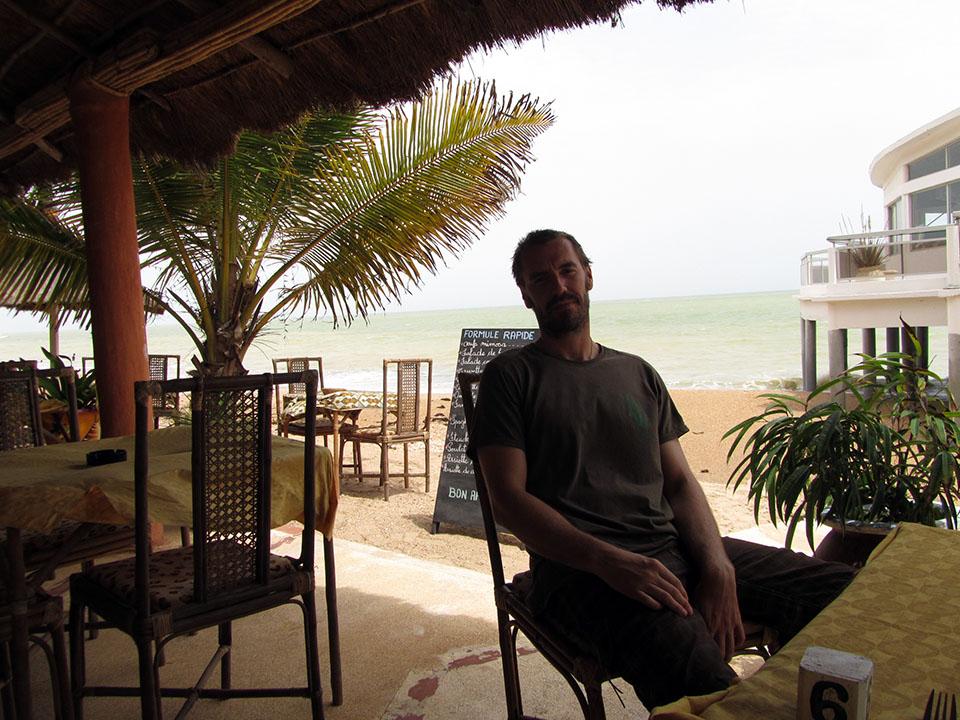 Comiendo al lado de la playa en Saly Niakh Niakhal, Senegal.