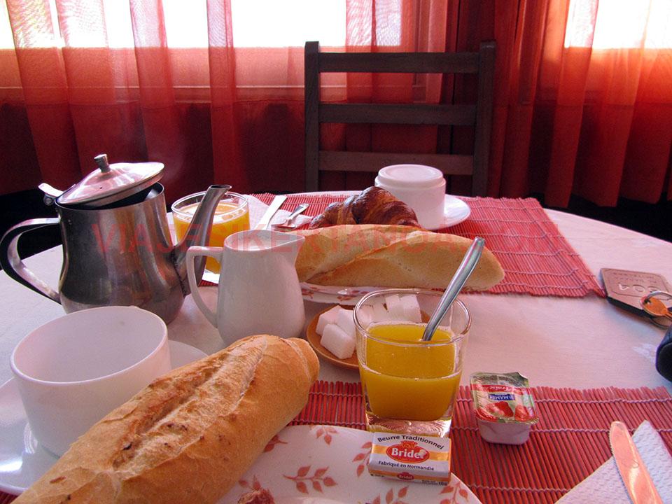 Desayuno en el hotel Al Baraka de Dakar en Senegal.