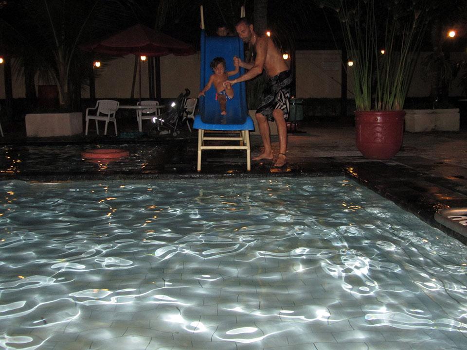 Disfrutando de los toboganes en la piscina del hotel en Yogyakarta, Indonesia