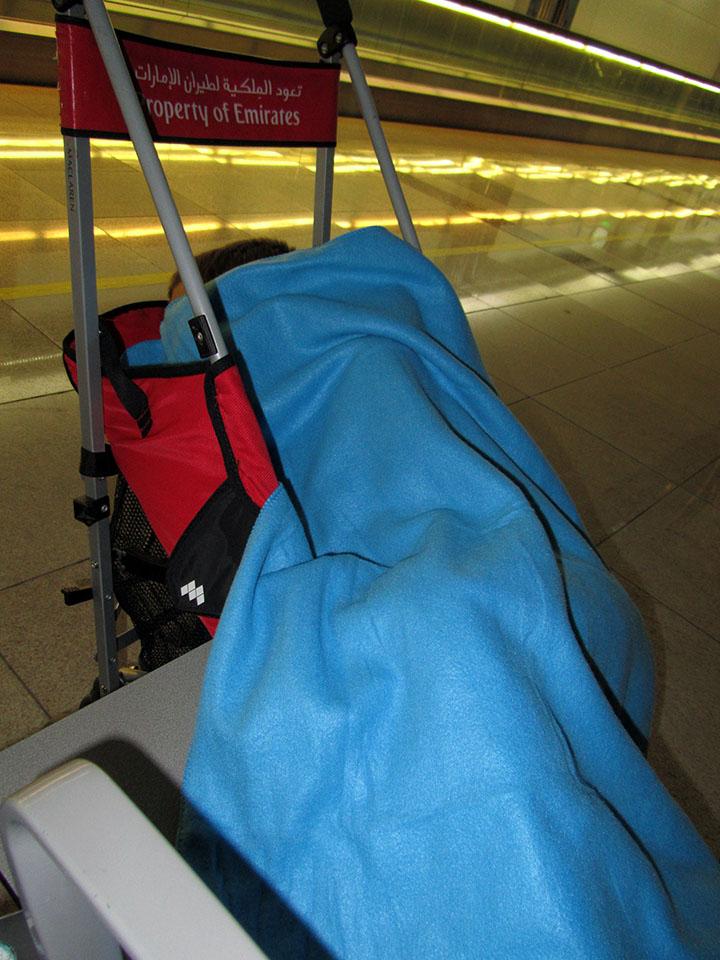 Dormido en la silla en el aeropuerto de Dubai