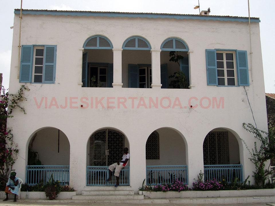 Edificio colonial en la isla de Gorée en Senegal