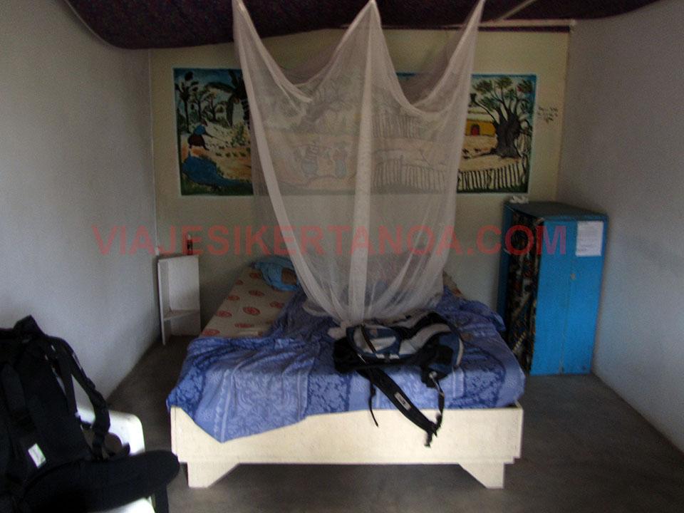 Interior del alojamiento en Palmarín, Senegal