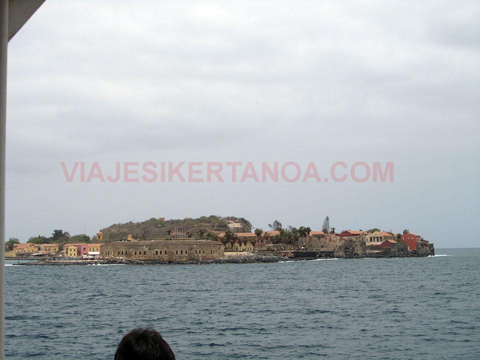 La isla de Gorée desde el mar en Senegal