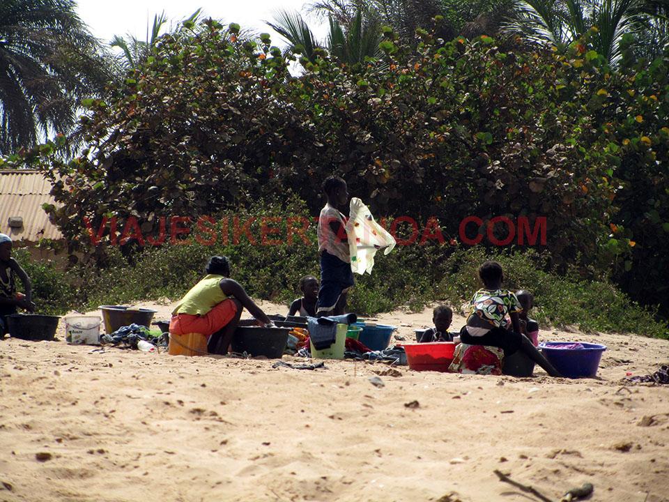 Mujeres lavando la ropa en la playa de Palmarín, Senegal
