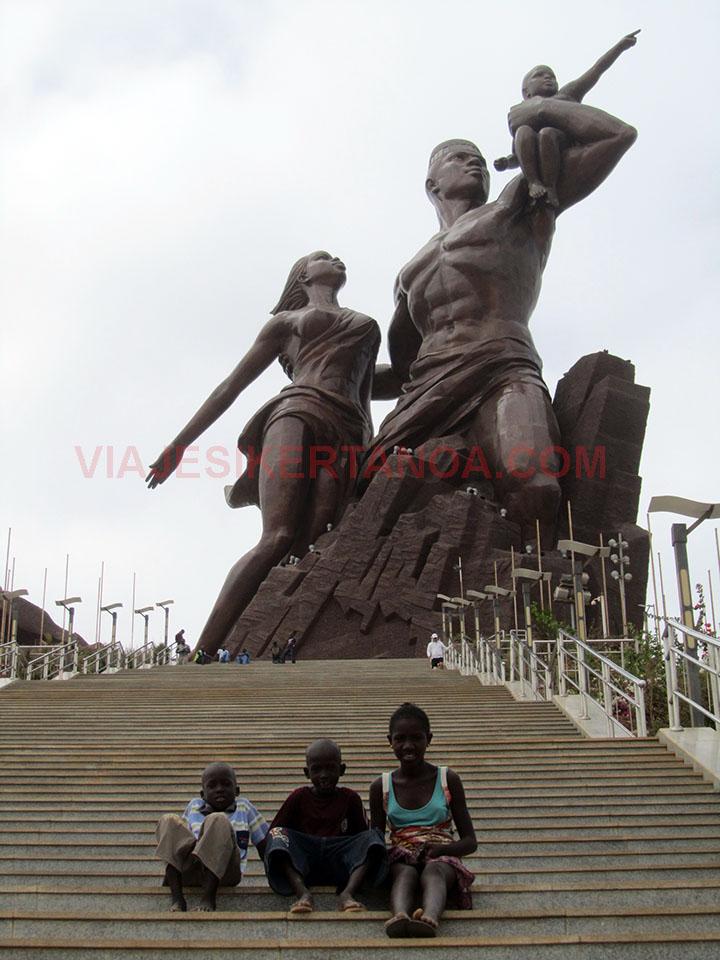 Niños en las escaleras que dan acceso al monumento de del renacimiento africano en Dakar, Senegal