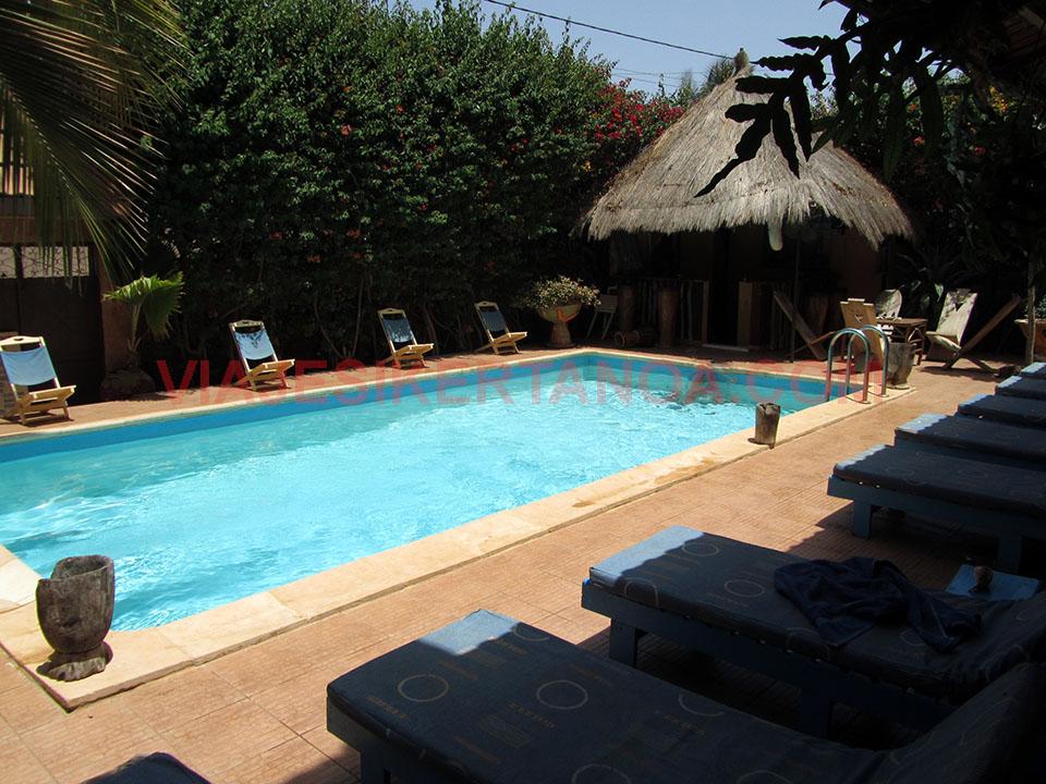 Piscina del Auberge Kadhy en Saly Niakh Niakhal, Senegal.