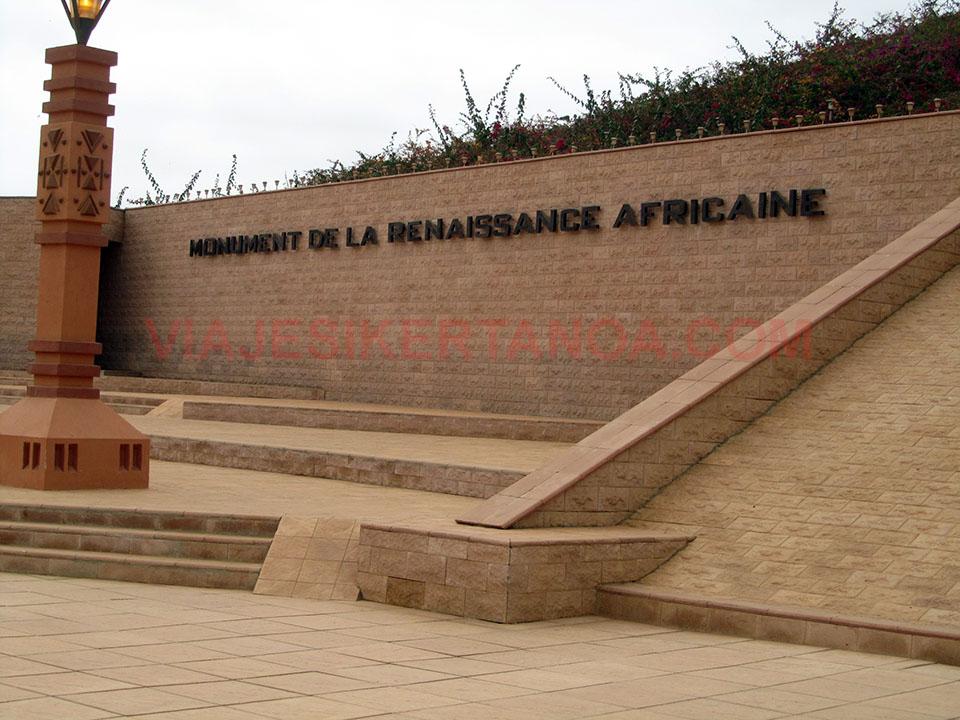 Placa del monumento al renacimiento africano en Dakar, Senegal