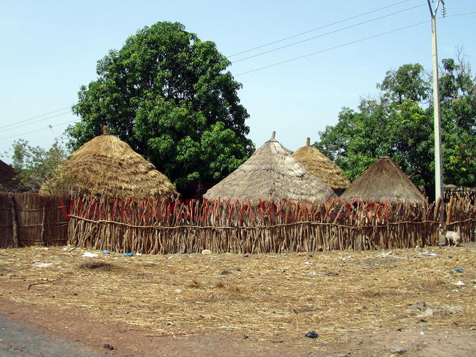 Poblados típicos camino de Tambacounda en Senegal.