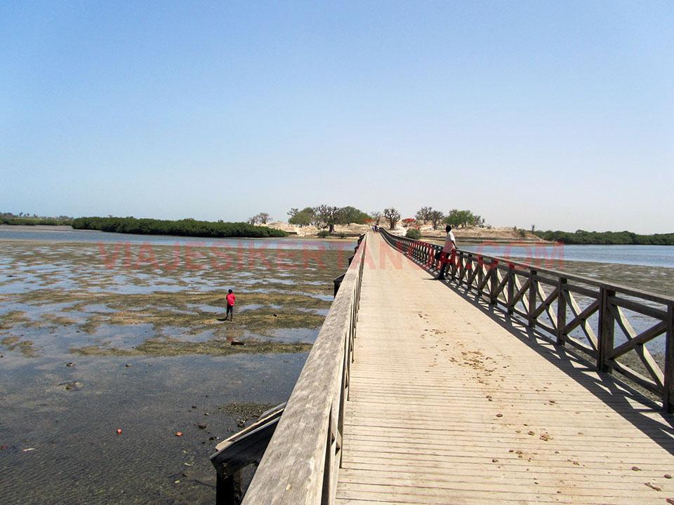 Puente que comunica los pueblos de Joal y Fadiouth en Senegal