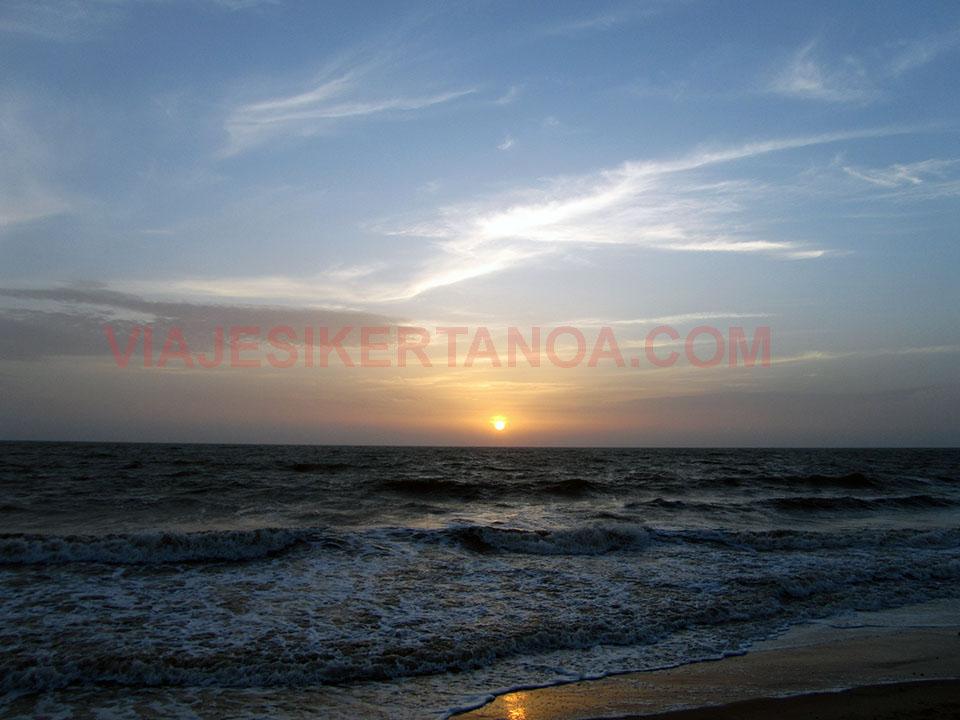 Puesta de sol en la playa de Palmarín, Senegal