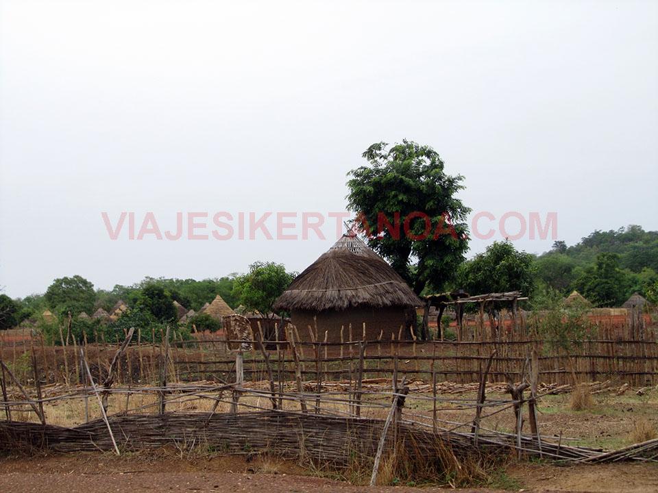 Típicas casas de la región del País Bassari en Senegal