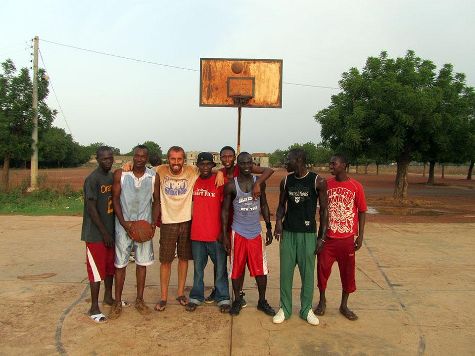 Tercer tiempo después del partido de baloncesto en Kédougou, Senegal