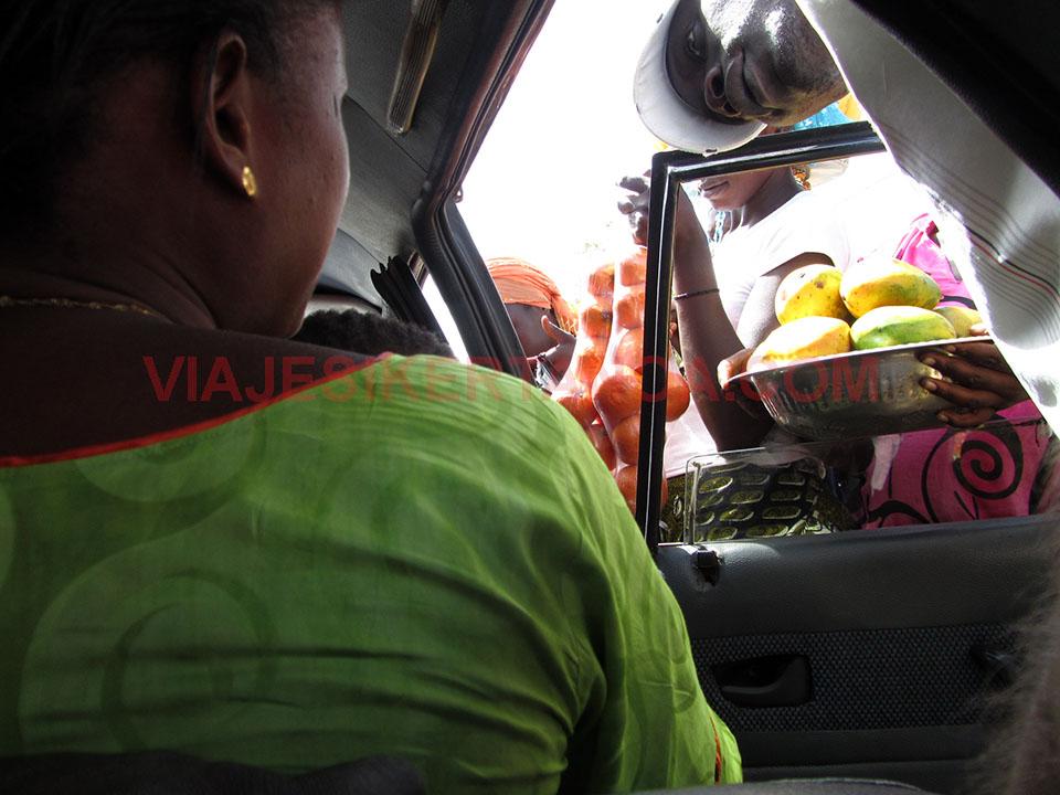 Vendiendo fruta en el sept place en Senegal.