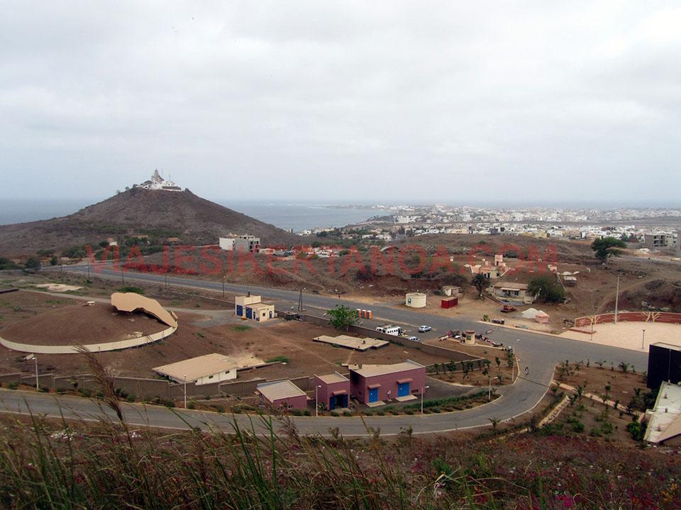 Vistas del faro desde el monumento al rencimiento en Dakar, Senegal