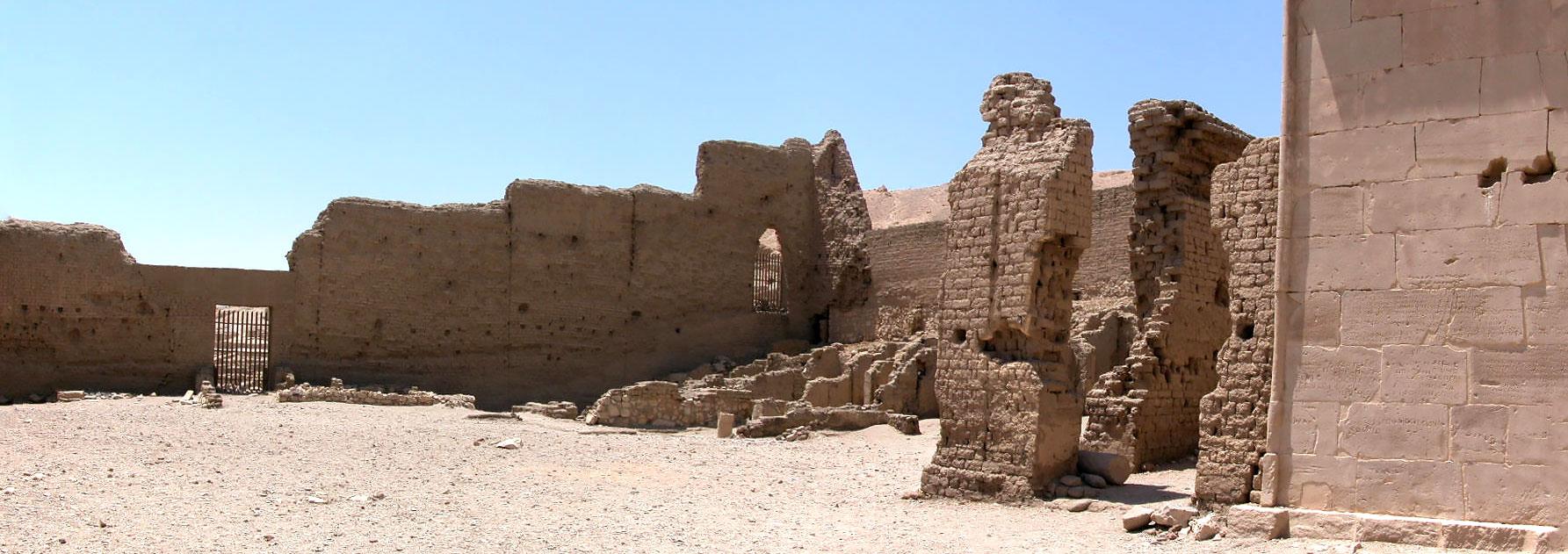 Panorámica del interior del templo ptolemaico de Deir el Medina en Luxor que podrás ver en los Viajes a Egipto con Viajes Ikertanoa.