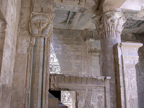 Pilastra hathorica del templo ptolemaico de Deir el Medina en Luxor que podrás ver en los Viajes a Egipto con Viajes Ikertanoa.