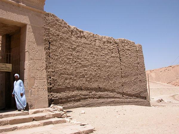 Exterior del templo ptolemaico de Deir el Medina en Luxor que podrás ver en los Viajes a Egipto con Viajes Ikertanoa.