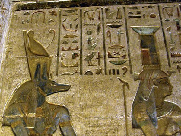 Policromía del templo ptolemaico de Deir el Medina en Luxor que podrás ver en los Viajes a Egipto con Viajes Ikertanoa.