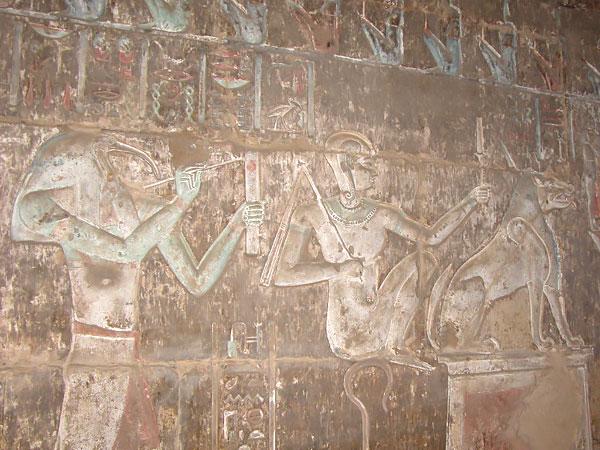 Relieves del templo ptolemaico de Deir el Medina en Luxor que podrás ver en los Viajes a Egipto con Viajes Ikertanoa.