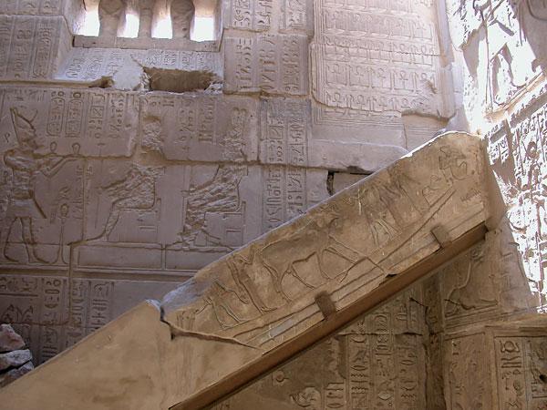 Ventana hathorica del templo ptolemaico de Deir el Medina en Luxor que podrás ver en los Viajes a Egipto con Viajes Ikertanoa.